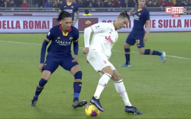Cristiano Ronaldo beëindigt de carrière van Chris Smalling (VIDEO)